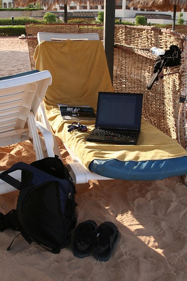 laptop na plaży